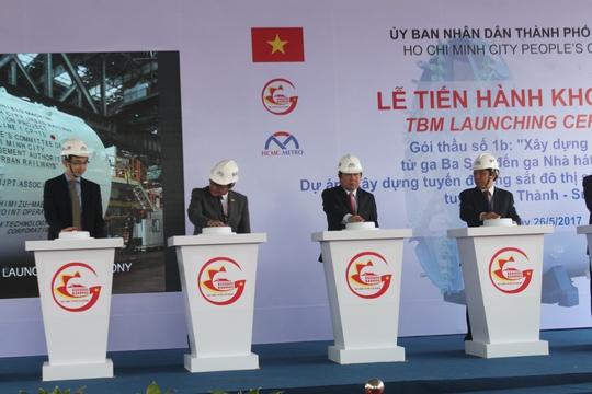 Chủ tịch UBND TP HCM xem robot đào hầm metro - Ảnh 1.