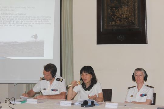 Ông Jéroome Chardon (bìa trái), bà Đoàn Thị Tuyết Nga (giữa) và Phó Đô đốc Anne Cullerre (phải) tại hội thảo An ninh Môi trường. Ảnh: Thu Hằng