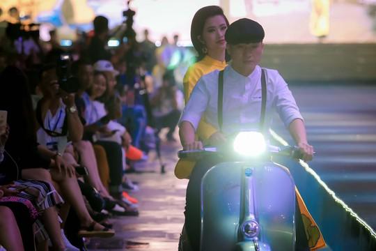 Hàng ngàn người đội mưa xem thời trang trên phố đi bộ Nguyễn Huệ. - Ảnh 3.