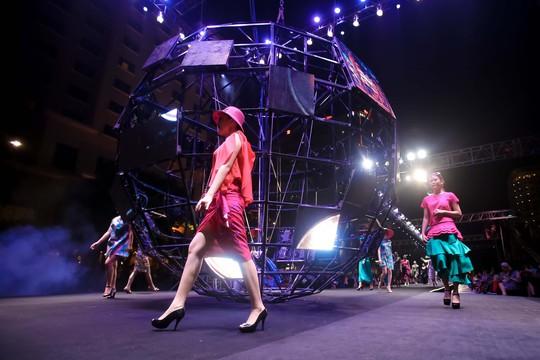 Hàng ngàn người đội mưa xem thời trang trên phố đi bộ Nguyễn Huệ. - Ảnh 4.