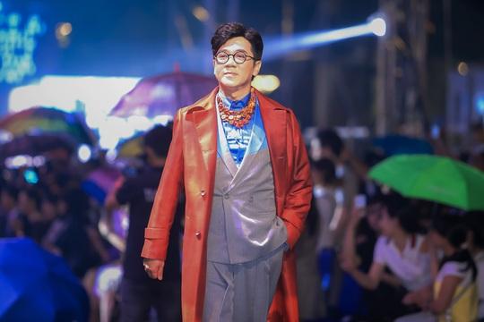 Hàng ngàn người đội mưa xem thời trang trên phố đi bộ Nguyễn Huệ. - Ảnh 6.