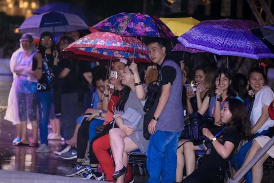 Hàng ngàn người đội mưa xem thời trang trên phố đi bộ Nguyễn Huệ. - Ảnh 9.
