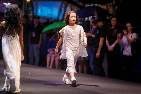 Hàng ngàn người đội mưa xem thời trang trên phố đi bộ Nguyễn Huệ. - Ảnh 8.