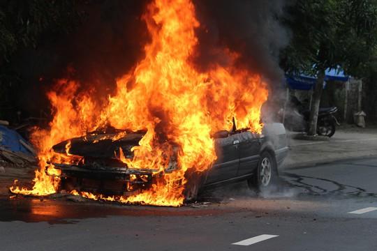 Ô tô 4 chỗ cháy ngùn ngụt khi đang lưu thông - Ảnh 2.
