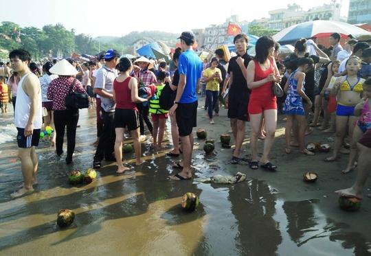 Bãi biển Sầm Sơn ngập tràn rác thải dưới chân khách du lịch (anh do du khách Nguyễn Văn Phú - Hà Nội cung cấp)