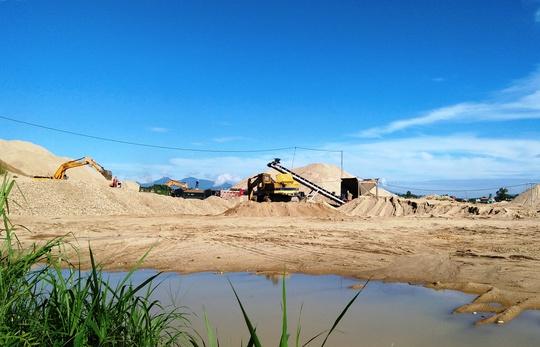 Chủ tịch huyện tự ý làm đường cho doanh nghiệp khai thác cát - Ảnh 2.
