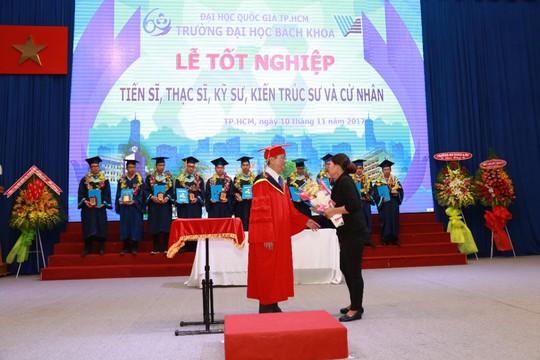 Nước mắt mẹ rơi trong lễ nhận bằng tốt nghiệp cho con đã mất - Ảnh 1.