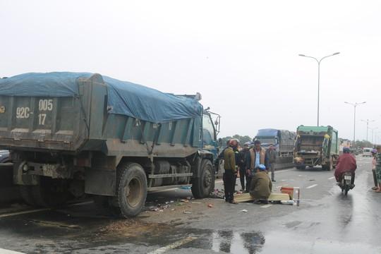 Đứng sau thùng xe rác, công nhân môi trường bị xe tải tông chết - Ảnh 1.