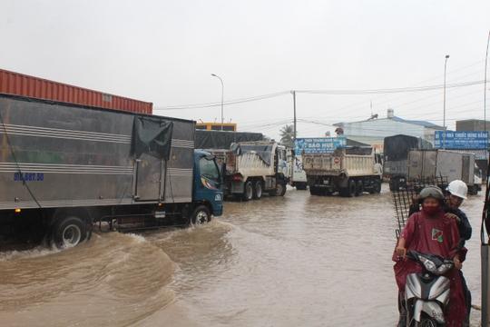 Mưa lớn, các xe ở TP Biên Hòa bơi trên sông - Ảnh 5.