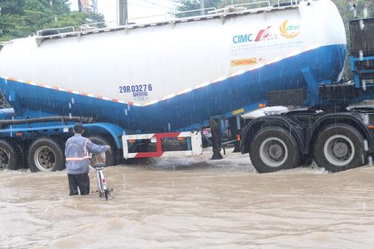Mưa lớn, các xe ở TP Biên Hòa bơi trên sông - Ảnh 7.
