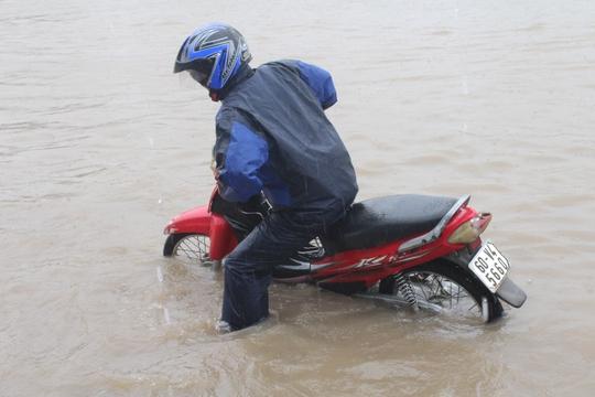 Mưa lớn, các xe ở TP Biên Hòa bơi trên sông - Ảnh 6.