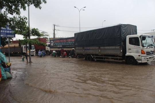 Mưa lớn, các xe ở TP Biên Hòa bơi trên sông - Ảnh 3.