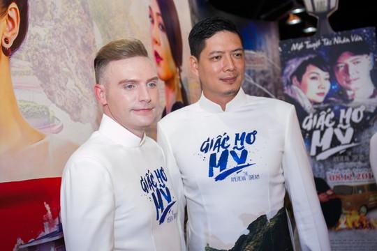 Sau xì- căng- đan ngoại tình, Bình Minh một mình dự ra mắt phim - Ảnh 2.