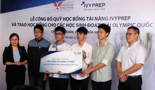 Trao học bổng tiền tỉ cho học sinh đạt huy chương Olympic quốc tế - Ảnh 1.