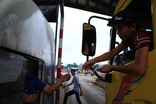 BOT tuyến tránh Biên Hòa lại kẹt xe vì tiền lẻ - Ảnh 2.