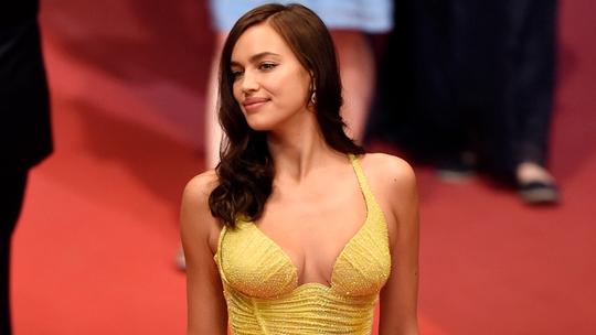 Siêu mẫu Irina Shayk đẹp cuốn hút trên thảm đỏ - Ảnh 2.