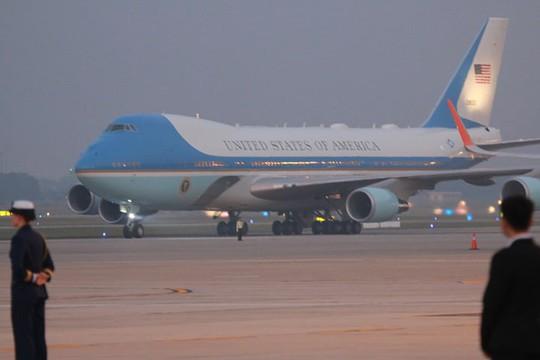 Tổng thống Mỹ Donald Trump giơ tay vẫy chào khi tới Hà Nội - Ảnh 3.