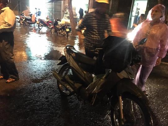 Mưa lớn, Hà Nội ngập sâu, giao thông hỗn loạn - Ảnh 14.