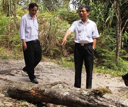 Ông Kiệt (phải) trong một lần kiểm tra công tác bảo vệ rừng