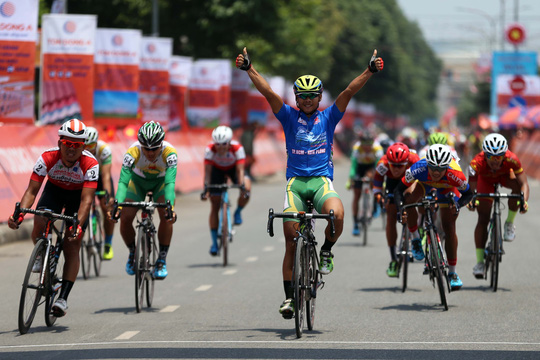 Lê Nguyệt Minh (Trẻ TP HCM) về nhất chặng đua thứ 10, củng cố chiếc Áo xanh
