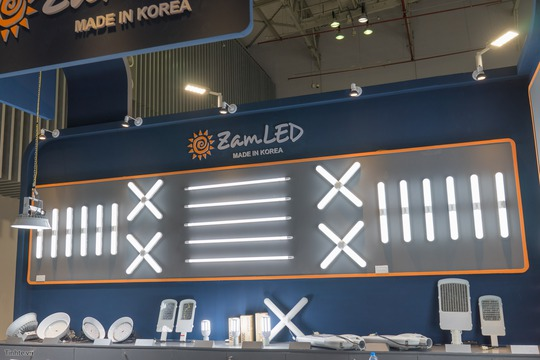 Công nghệ LED/OLED cùng hệ thống đèn thông minh đến từ các sản xuất, phân phối Hàn Quốc, Trung Quốc thu hút khá nhiều khách tham quan.