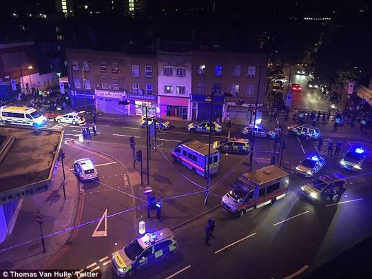London lại hoảng hồn vi xe lao vào đám đông giữa đêm - Ảnh 1.