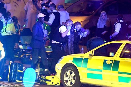 London lại hoảng hồn vi xe lao vào đám đông giữa đêm - Ảnh 5.