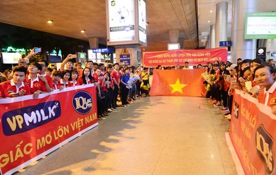 Ngày về rạng ngời của tuyển bóng đá nữ Việt Nam - Ảnh 13.