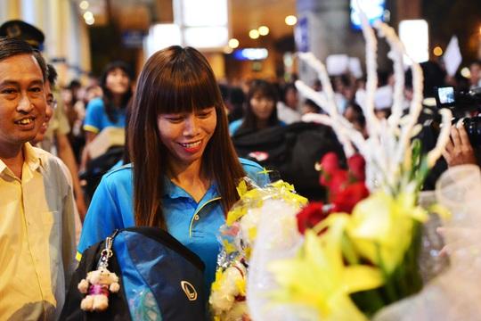 Ngày về rạng ngời của tuyển bóng đá nữ Việt Nam - Ảnh 11.