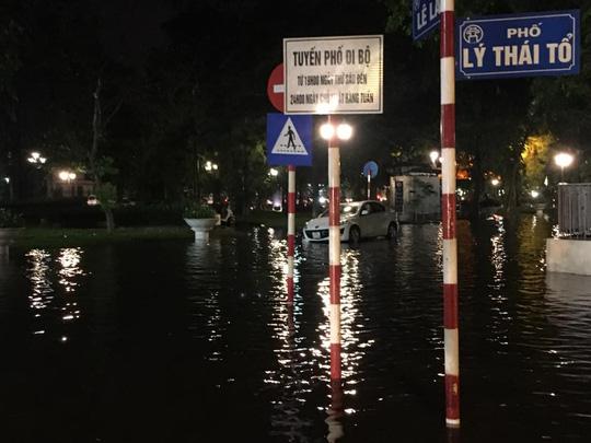 Mưa lớn, Hà Nội ngập sâu, giao thông hỗn loạn - Ảnh 8.