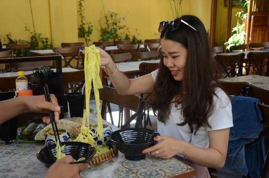 Các đại biểu thích thú món mì Quảng APEC - Ảnh 10.