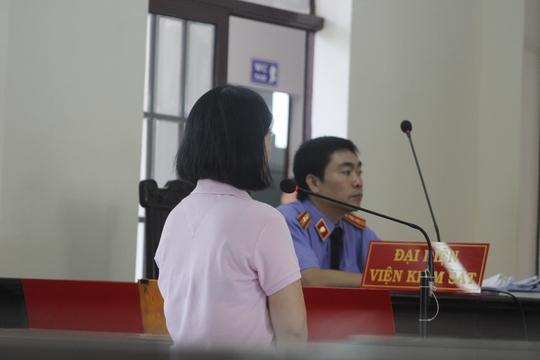 Chị L. mẹ của cháu bé tại phiên tòa