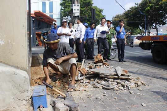 Một số hộ dân cho người đập bỏ bậc thềm tam cấp lấn chiếm ra vỉa hè