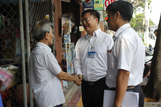 Phó Chủ tịch thành phố bắt tay cảm ơn các hộ dân tự động tháo dỡ