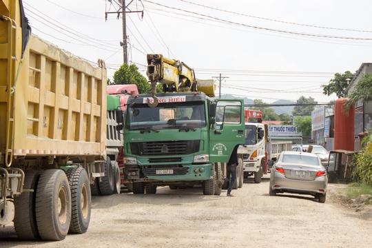 Bà Rịa - Vũng Tàu: Người dân đem đá chặn xe tải băm đường - Ảnh 3.