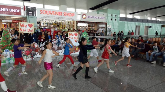 Ngạc nhiên với không khí Giáng sinh ở sân bay Nội Bài - Ảnh 3.