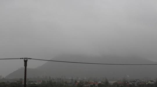 Bão 14 giảm thành áp thấp nhiệt đới, người dân bất chấp đổ xô tắm biển - Ảnh 2.