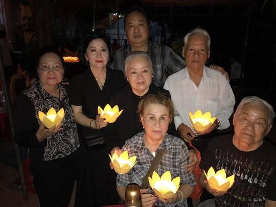 Các nghệ sĩ: Diệp Tuyết Anh, Mộng Tuyền, Chí Linh, Thanh Nguyệt, Quốc Nhĩ, Kiều Lệ Mai, Minh Đức thắp nén cầu nguyện cho NSƯT Thanh Sang