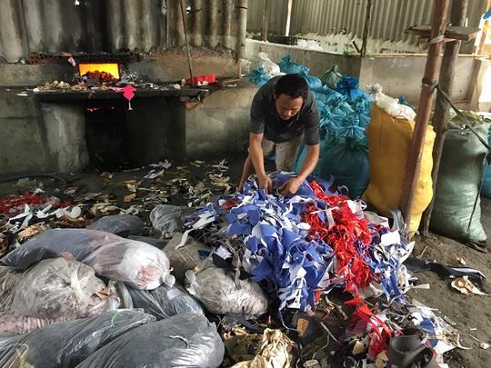 Phát hiện cơ sở nấu muối bằng… rác công nghiệp - Ảnh 1.
