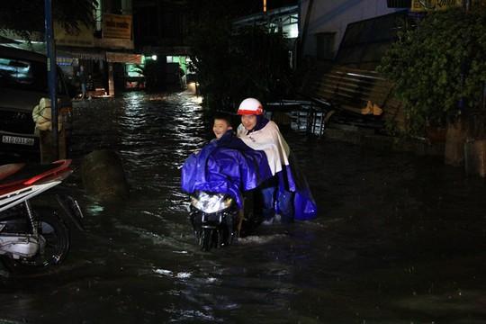 TP HCM: Mưa lớn, nhiều tuyến đường chìm trong biển nước - Ảnh 1.