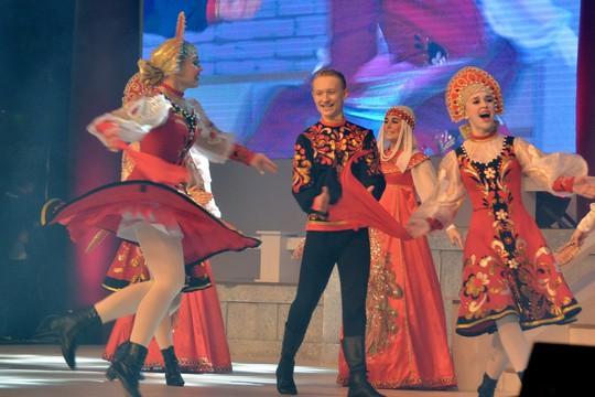 Ngắm nghệ sĩ Việt - Hàn - Nga - Campuchia lộng lẫy trên sân khấu - Ảnh 18.