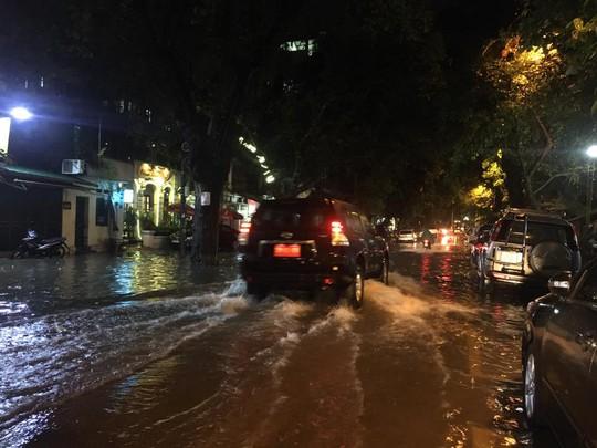 Mưa lớn, Hà Nội ngập sâu, giao thông hỗn loạn - Ảnh 3.