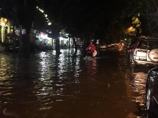 Mưa lớn, Hà Nội ngập sâu, giao thông hỗn loạn - Ảnh 5.