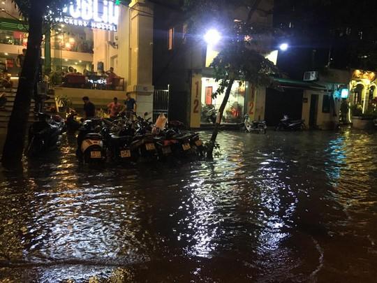 Mưa lớn, Hà Nội ngập sâu, giao thông hỗn loạn - Ảnh 6.