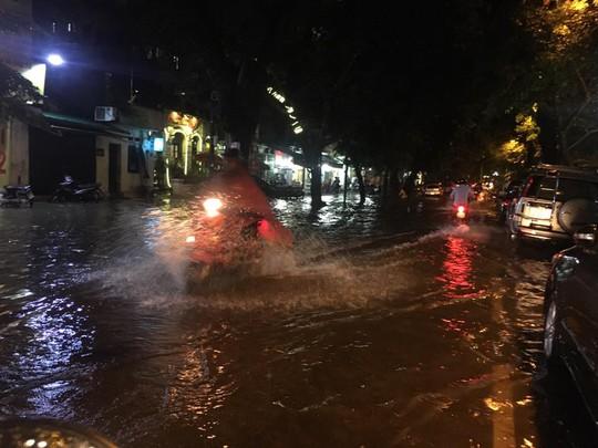 Mưa lớn, Hà Nội ngập sâu, giao thông hỗn loạn - Ảnh 1.