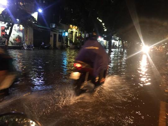 Mưa lớn, Hà Nội ngập sâu, giao thông hỗn loạn - Ảnh 11.