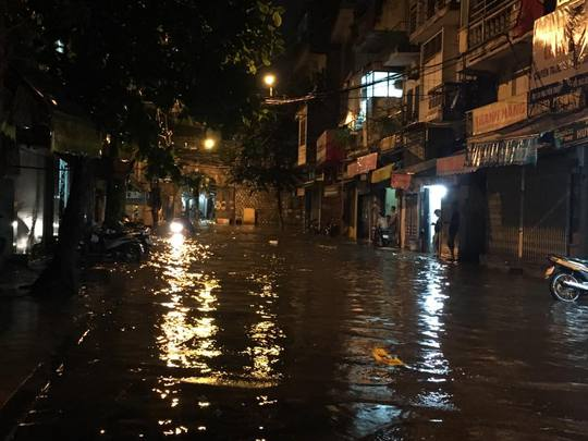 Mưa lớn, Hà Nội ngập sâu, giao thông hỗn loạn - Ảnh 15.