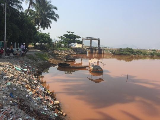 Nghi do nước sông bị ô nhiễm ,người dân sống tại nhánh sông Cu Đê không dám đi đánh lưới bắt cá