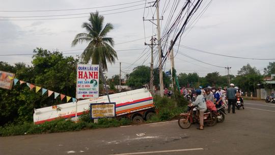 Lách xe máy, xe chở dầu gặp nạn - ảnh 2