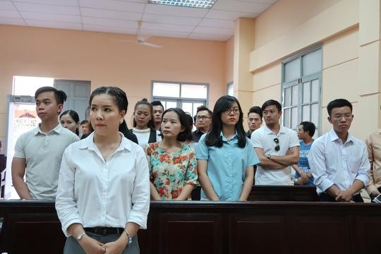 Hoài Linh đến tòa ủng hộ Ngọc Trinh kiện nhà hát - Ảnh 6.